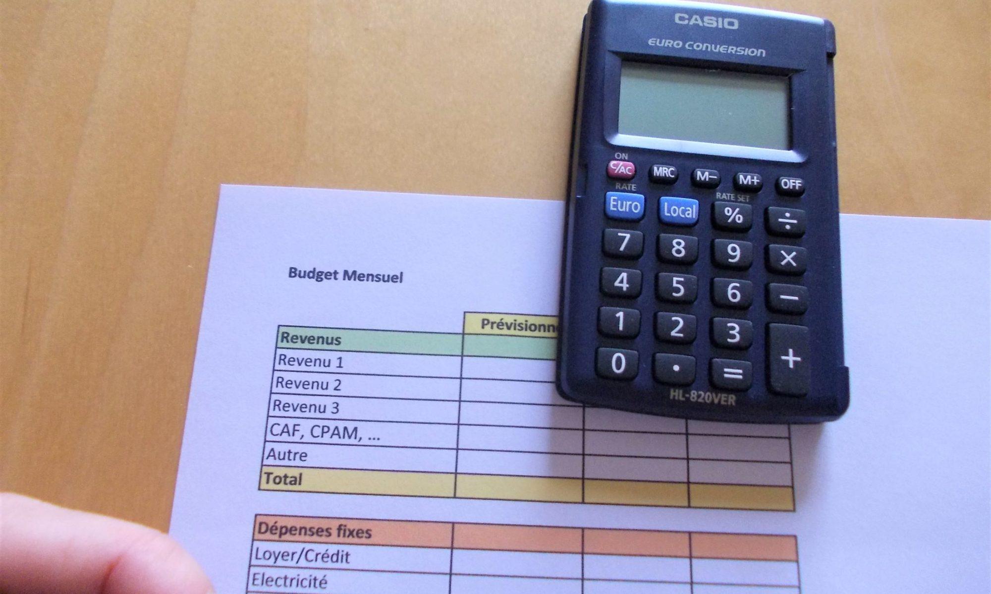 tableau budget, calculatrice, doigt et crayon