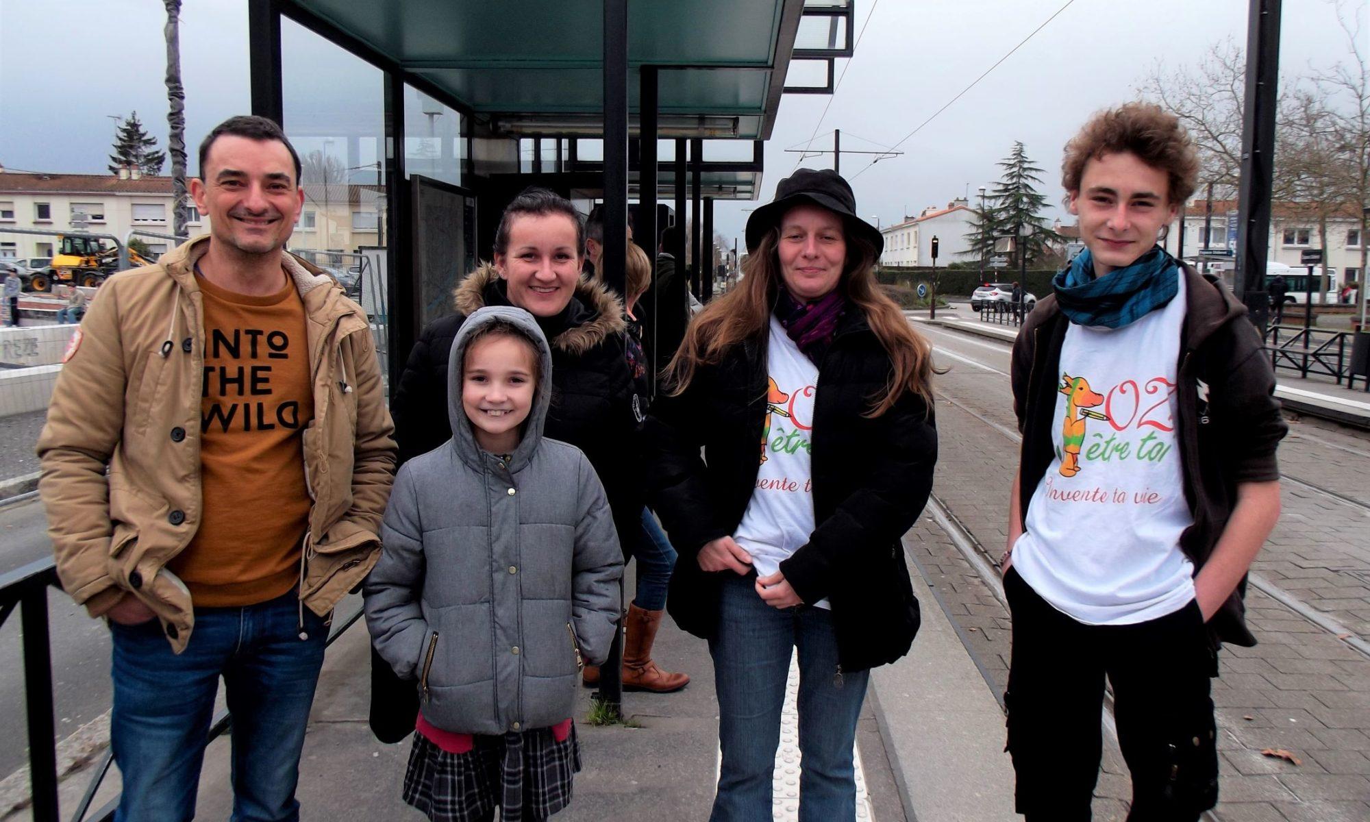 groupe de 5 personnes à un arrêt du tramway de Nantes