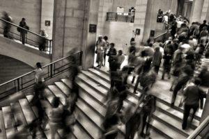 Personnes en mouvement à monter un escalier