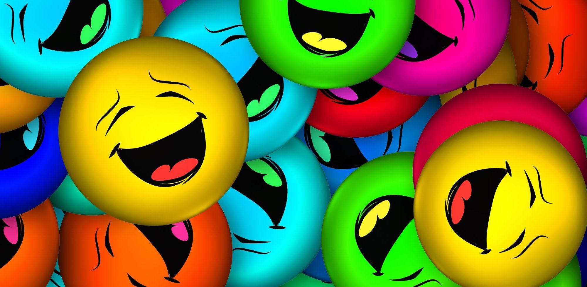Smiley de toutes les couleurs en éclat de rire